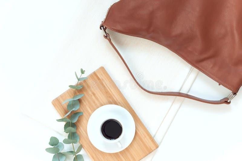 Natürliche Farbelegante flache Lage mit Tasche lizenzfreies stockbild
