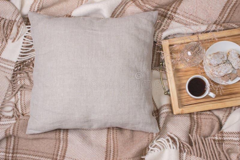 Natürliche Farbleinenkissen, Kissen Modell auf Plaid Inrerior-Foto stock abbildung