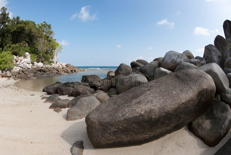 Natürliche Felsformation im Meer und auf einem weißen Sandstrand in Belitungs-Insel, Indonesien lizenzfreies stockfoto