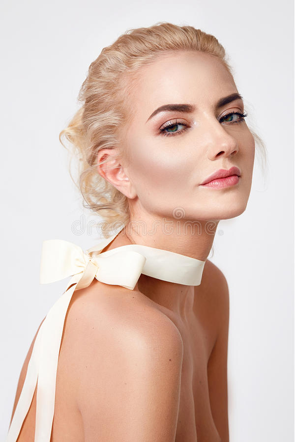 Natürliche Form des nackten Körpers des Makes-up der schönen sexy blonden Frau stockbild