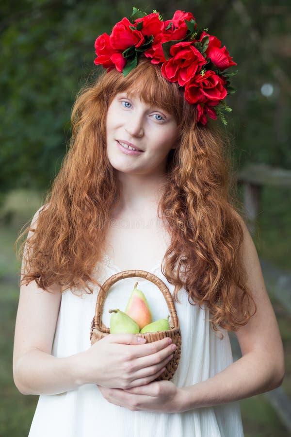 Natürliche Frau, die einen Obstkorb hält lizenzfreie stockfotos