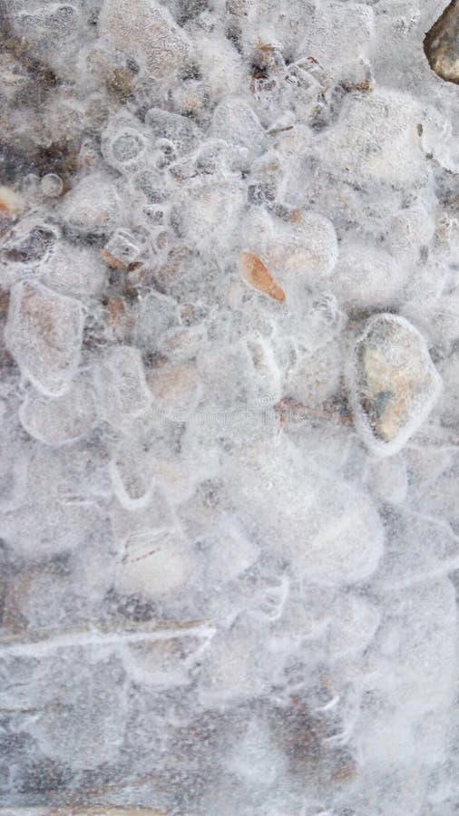 Natürliche gefrorene Steine auf meiner Weise stockfoto