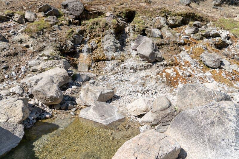Natürliche geothermische heiße Quelle in Idaho- - Sacajawea-heiße Quellen in Grandjean Heiße Wasserströme unten von den Bergen in stockfotos
