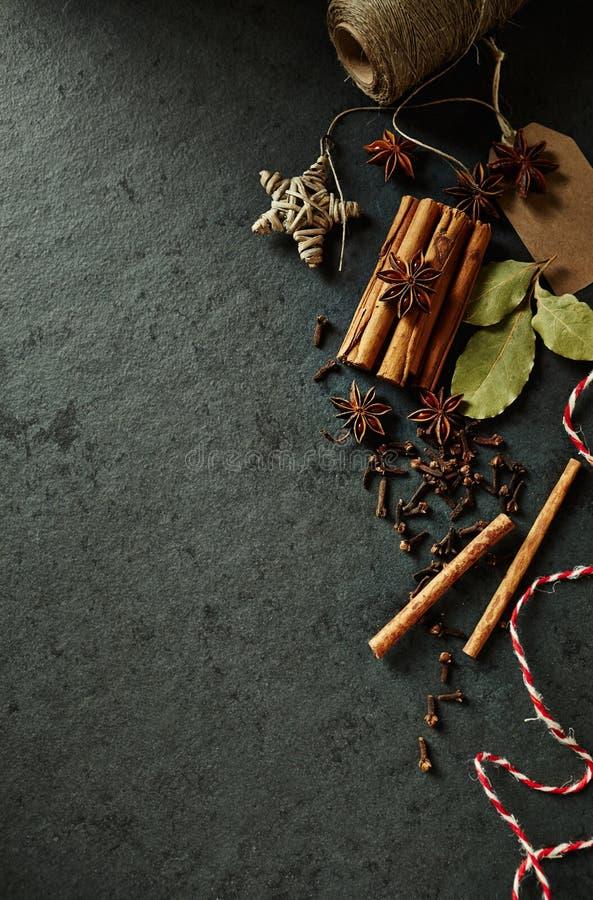 Natürliche Gewürze für symbolisches Bild der Weihnachtsbäckerei lizenzfreies stockfoto