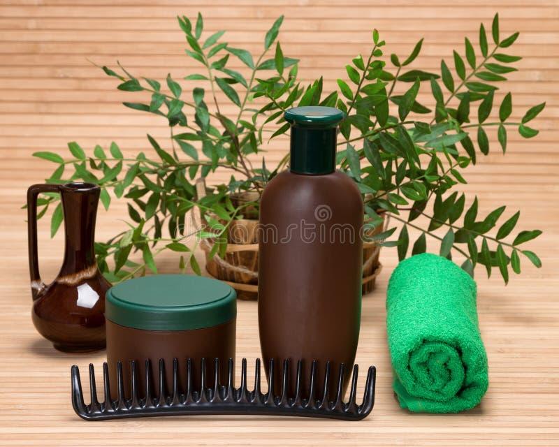 Natürliche Haarpflegeprodukte mit Kamm und Tuch lizenzfreies stockbild