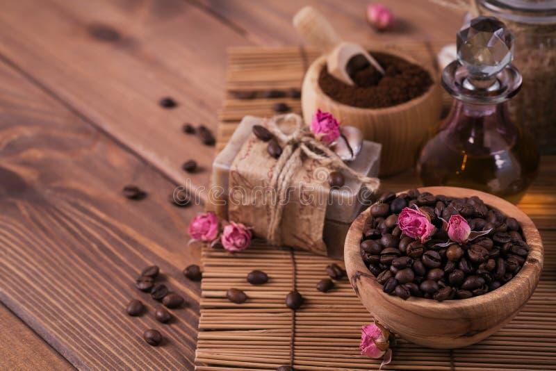Natürliche handgemachte Seife, aromatisches kosmetisches Öl, Seesalz mit Kaffeebohnen stockfoto