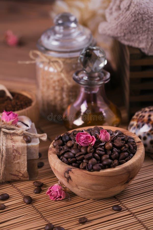 Natürliche handgemachte Seife, aromatisches kosmetisches Öl, Seesalz mit Kaffeebohnen lizenzfreie stockfotografie