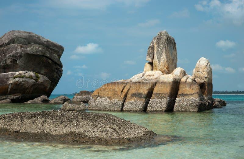 Natürliche Küstenfelsformation im Meer in Belitungs-Insel, Indonesien stockfotografie
