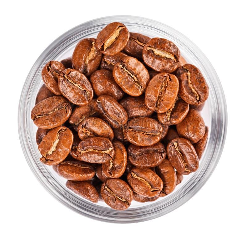 Natürliche Kaffeebohnen häufen in der Glasschüssel stockbild