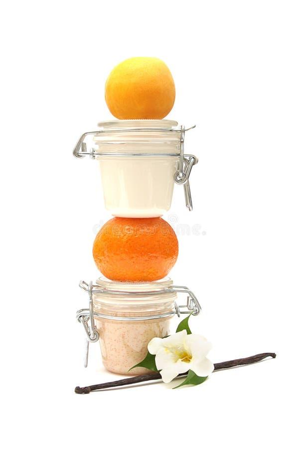 Natürliche Kosmetik und Früchte stockfotos