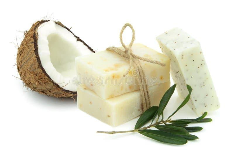 Natürliche Kräuterseifen mit Olive und Kokosnussöl stockfotografie