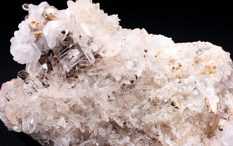 Natürliche Kristalle des transparenten Quarzes mit schwarzem Hintergrund stockbild
