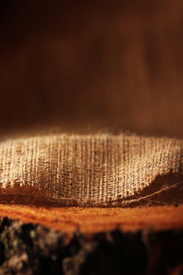 Natürliche Leinenstruktur auf hölzernem stockbilder