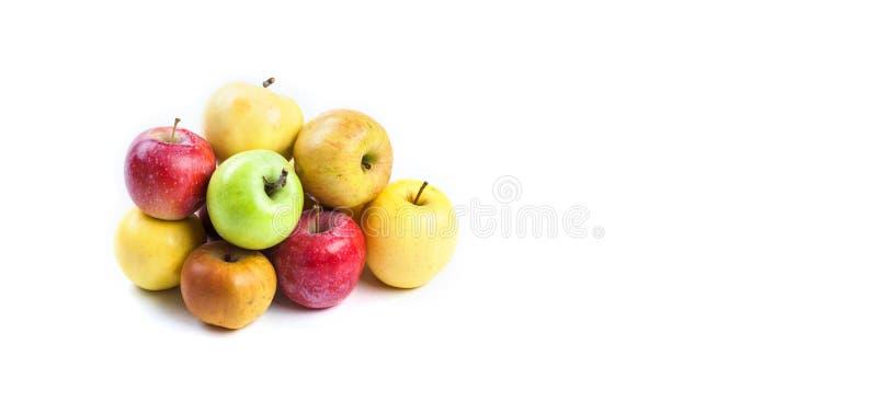 Natürliche organische Äpfel auf weißem Hintergrund Verschiedene frische reife Äpfel in den verschiedenen Farben: rote Gelbgrünora stockfoto