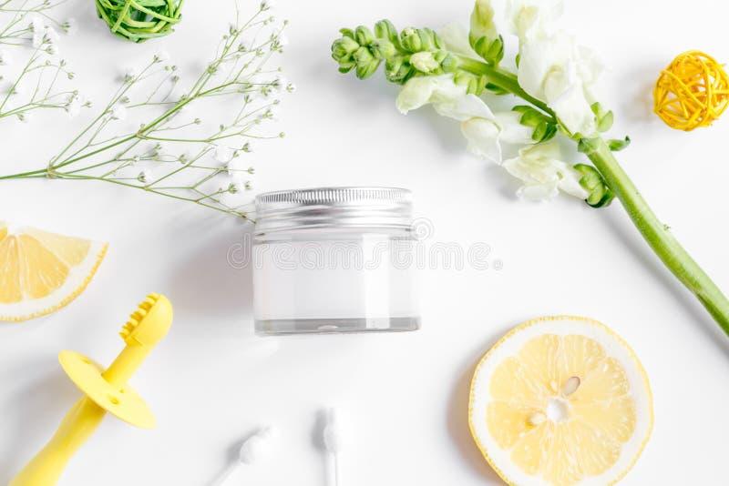 Natürliche organische Kosmetik für Baby auf Draufsicht des weißen Hintergrundes lizenzfreie stockfotos