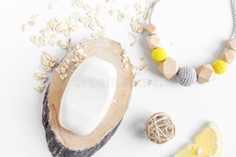 Natürliche organische Kosmetik für Baby auf Draufsicht des weißen Hintergrundes lizenzfreies stockfoto