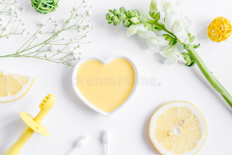 Natürliche organische Kosmetik für Baby auf Draufsicht des weißen Hintergrundes stockbilder