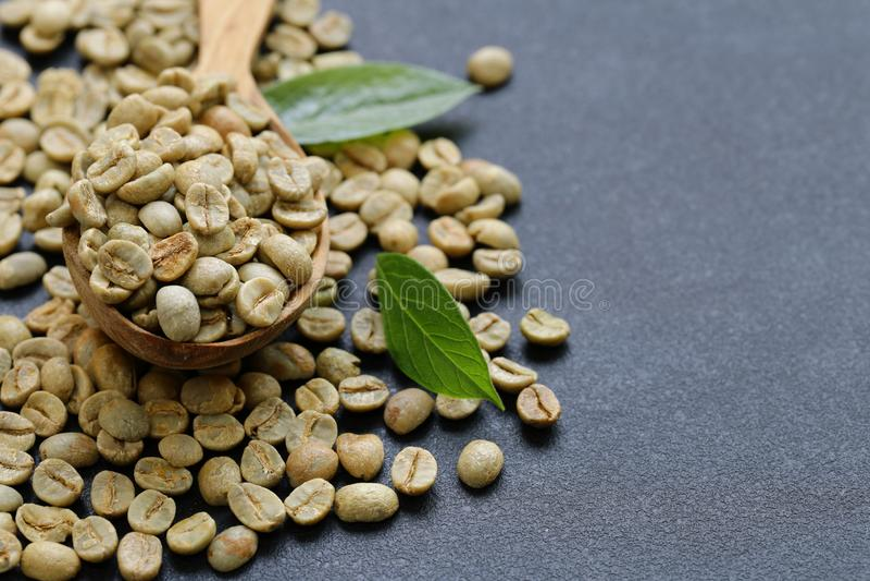 Natürliche organische Rohkaffeebohnen lizenzfreie stockfotos