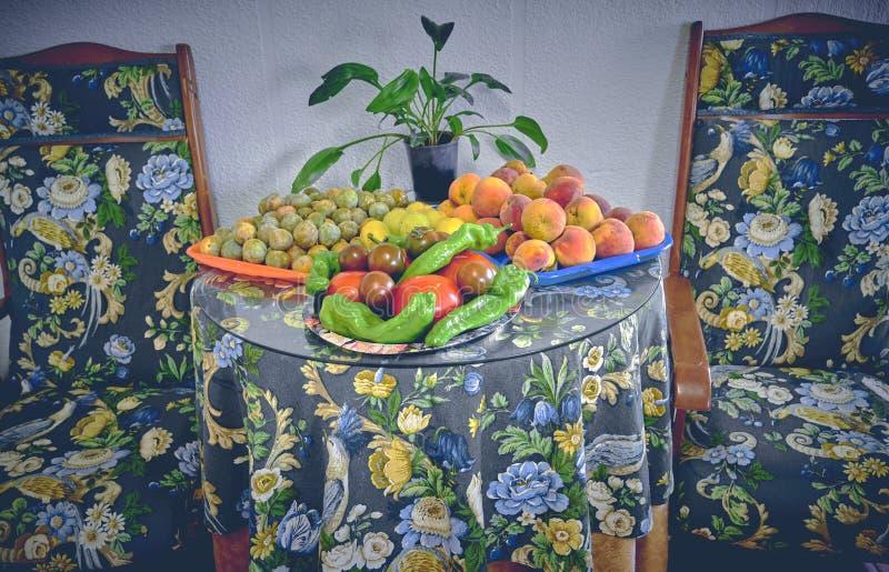 100% natürliche organische Tomaten und Früchte vom Garten Nicht-GMO-Tomaten und -frucht stockbilder