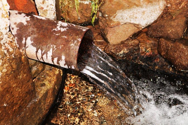 Natürliche Quelle des Wassers stockbild