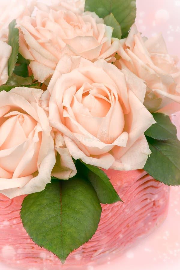 Natürliche Rosen als Dekoration auf einem Kuchen stockfotografie