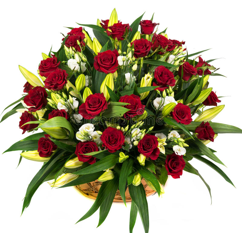 Natürliche rote Rosen in einem Korb stockfoto