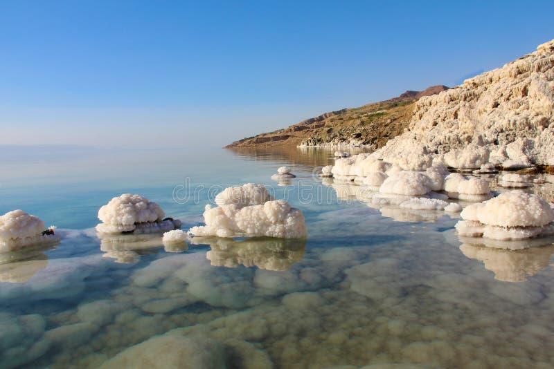 Nat?rliche Salz-Kristalle und Reflexionen 2 des Toten Meers stockfotografie