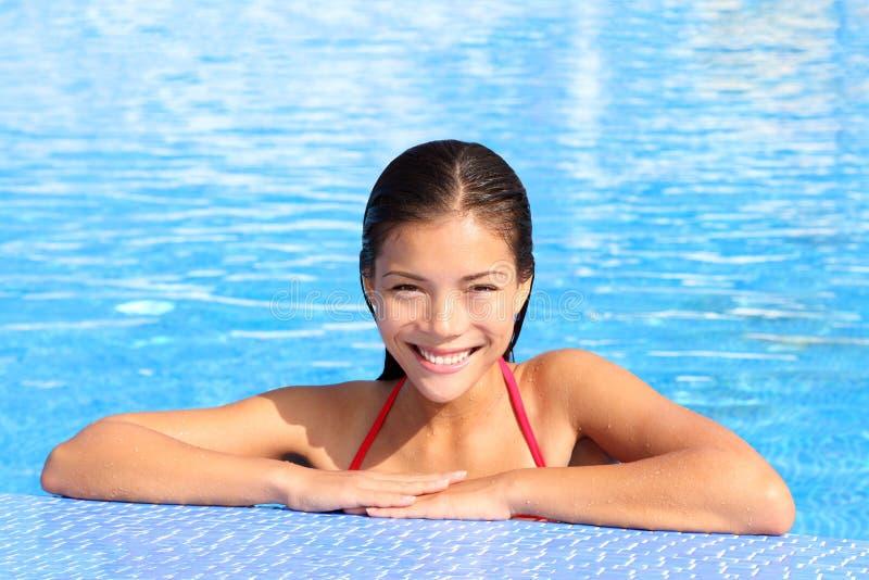 Natürliche Schönheit der Poolfrau stockfotografie