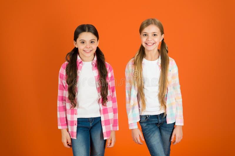 Natürliche Schönheit Haarpflegespitzen und Berufsbehandlung Weibliches Attribut des langen Haares Mädchen lassen normalerweise ih stockfoto