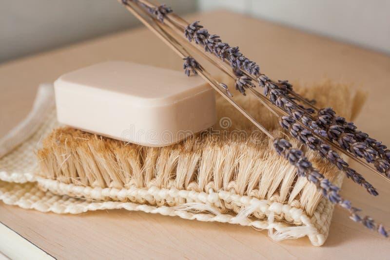 Natürliche Stück Seife mit irgendeiner Dekoration stockfoto