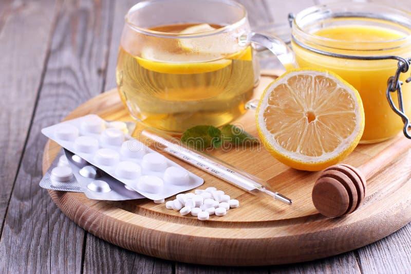 Natürliche und medizinische Erkältungsmittel auf Tabelle stockbild