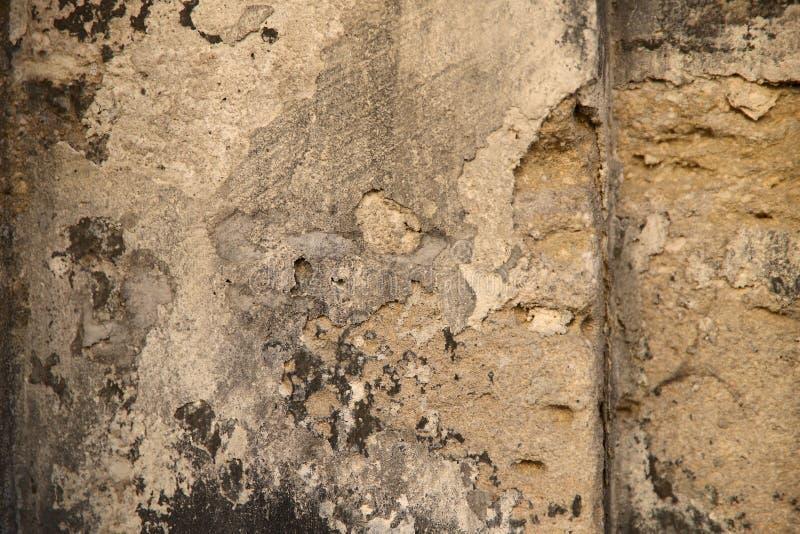 Natürlicher abstrakter Hintergrund Die Beschaffenheit der alten braunen Steinwand mit Spalten stockfoto