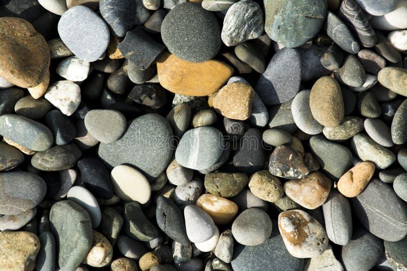 Natürlicher bunter Stein auf dem Strand lizenzfreie stockfotos