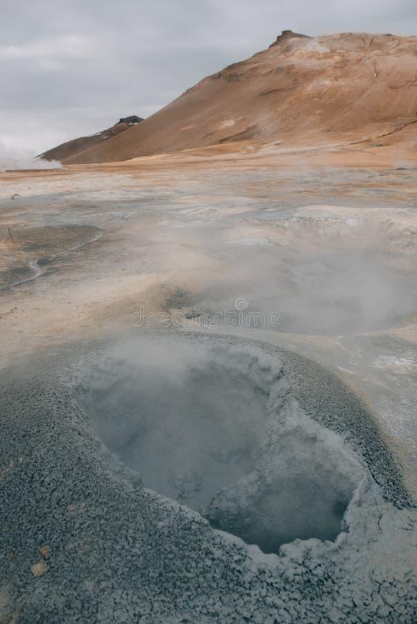 Natürlicher Dampf, der nahe von den vulkanischen Entlüftungen in der Erde bei Hverir in Island steigt stockbild