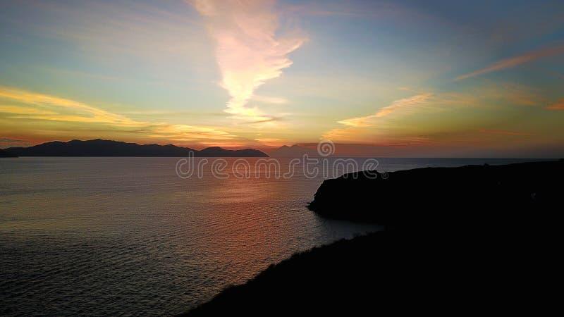 Natürlicher drastischer Sonnenuntergangsonnenaufgang mit weißer Wolke und blauem Himmel als Hintergrund der schwarzen Koralle stockfotografie