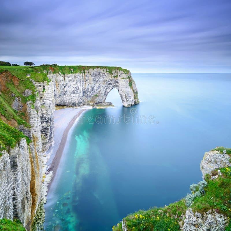 Natürlicher Felsenbogen Etretat, Manneporte und sein Strand. Normandie, F lizenzfreie stockfotos