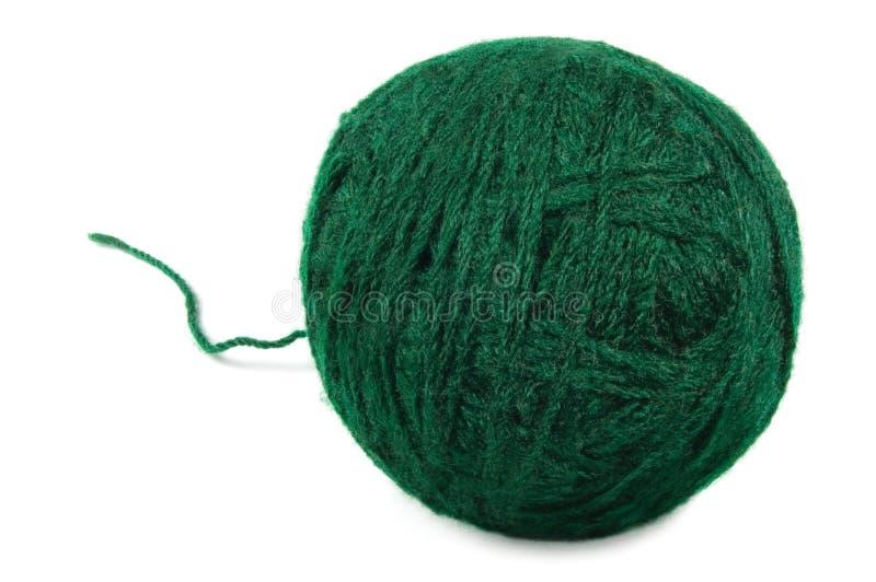 Natürlicher grüner feiner Wollball und verlegen lose, lokalisierte Schlaufe, große ausführliche Makronahaufnahme stockfoto