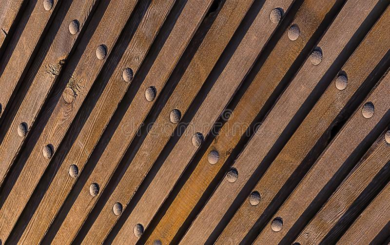 Natürlicher Hintergrund Browns Hölzerne Beschaffenheit neigte Linien die vertikalen metallischen industriellen Niete der Perspekt stockfoto