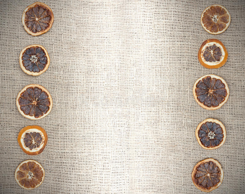 Natürlicher Hintergrund der Weinlese, getrocknete Orange auf Jutefasergewebe lizenzfreies stockfoto