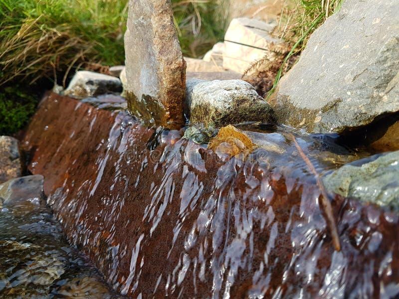Natürlicher kleiner Wasserfall lizenzfreie stockfotografie