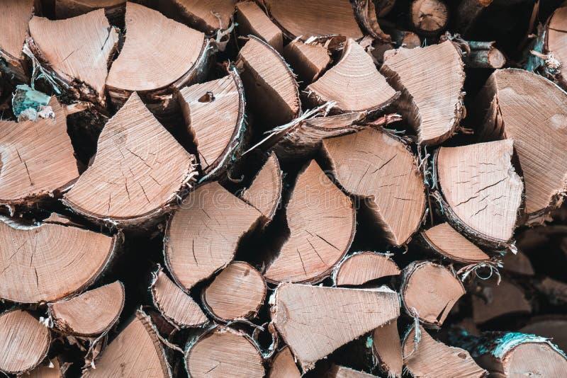 Natürlicher organischer hölzerner Schnitt zeichnet Hintergrund - Nahaufnahme des gehackten Brennholzes auf lizenzfreie stockfotografie