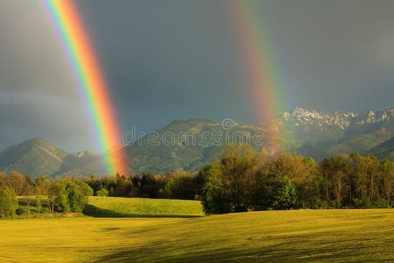 Natürlicher Regenbogen nach Regen stockbilder
