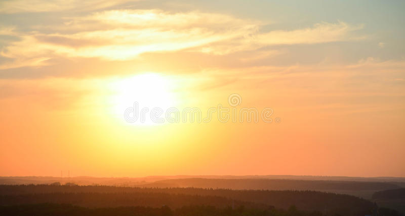 Natürlicher Sonnenuntergangsonnenaufgang über Wald lizenzfreie stockfotos