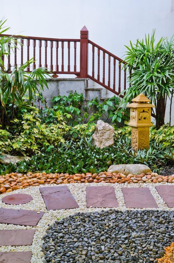 Natürlicher Steingehweg dekorativ stockfotos