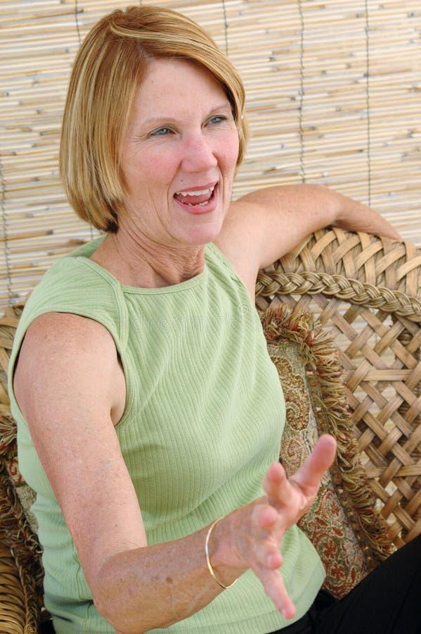 Natürliches älteres Frauen-Sprechen stockfotos