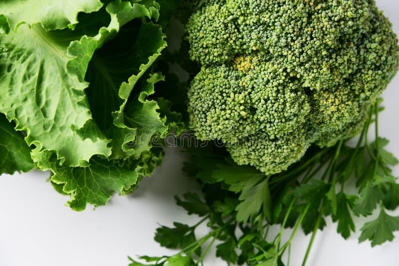 Natürliches Diätlebensmittel, frischer Blumenkohlbrokkoli, Kopfsalat, Petersilie, stockfotos