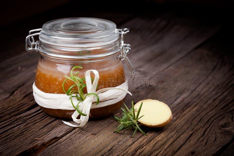 Natürliches diy Ingwerzucker- und -salzkörperpeeling lizenzfreie stockfotos