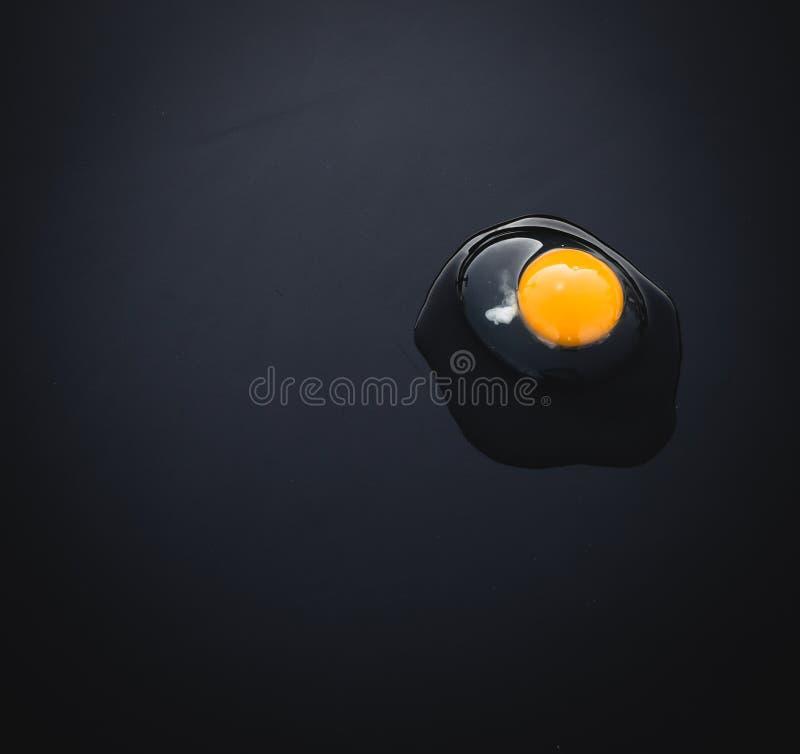 Natürliches Ei auf schwarzem Hintergrund stockbilder