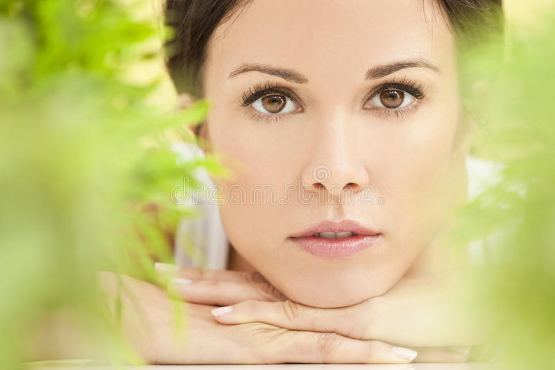 Natürliches grünes Gesundheits-Badekurort-Konzept-schöne Frau lizenzfreie stockfotos