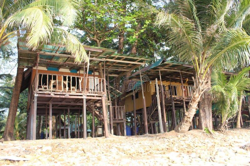 Natürliches Haus auf Insel Ko Chang, die auf hölzernen Stelzen steht stockfotografie